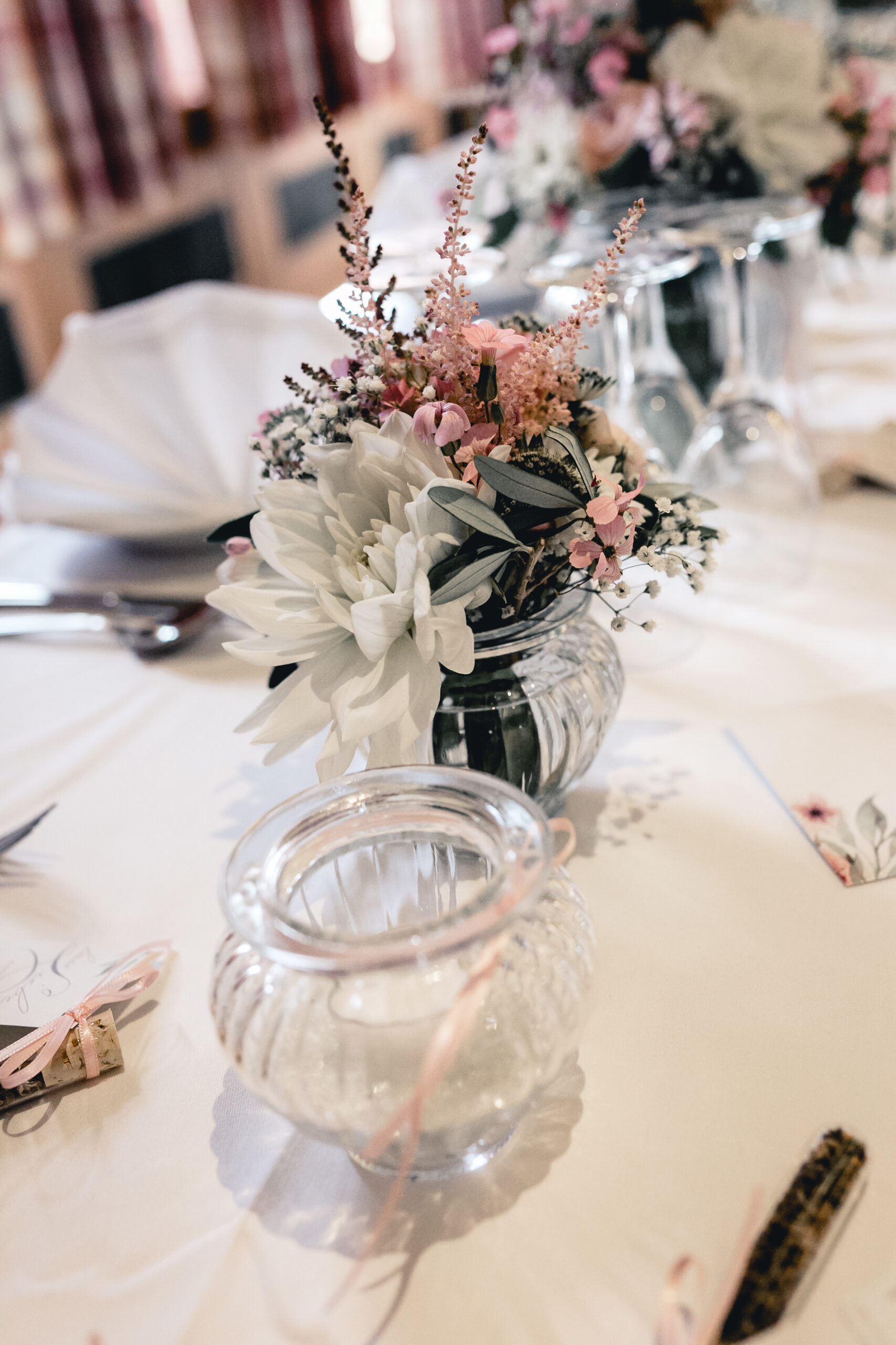 Tischdekoration Vintage Hochzeit Blumenstrauße Vintagegläser Papeterie Kirschblüten