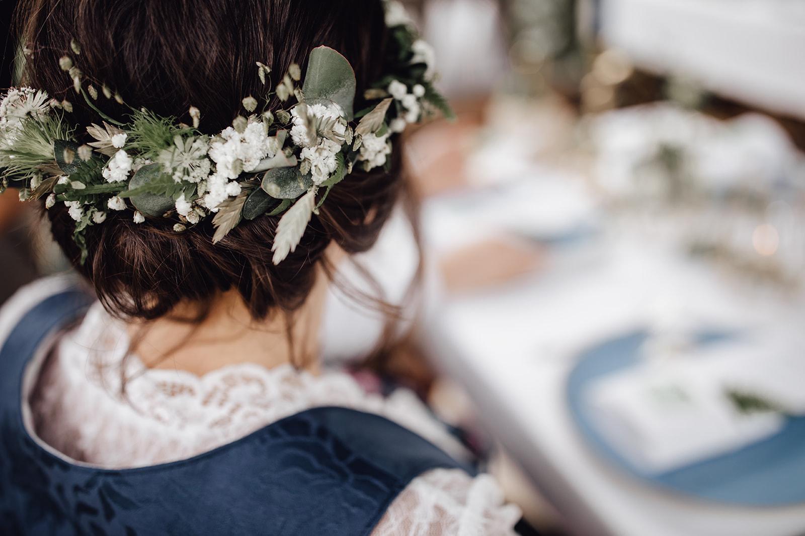 HeimArt Design Papeterie Chiemsee Hochzeit Greenery Wedding Brautpaar Tracht Blumenkranz Haarkranz