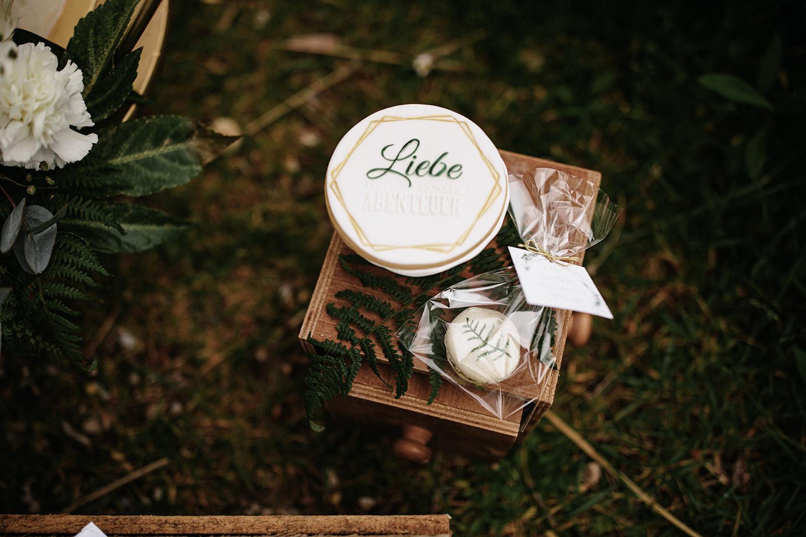 HeimArt Design Papeterie Chiemsee Hochzeit Greenery Wedding Gastgeschenke Hochzeitstorte Zuckeralm