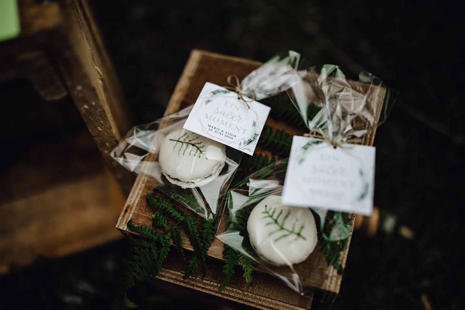 HeimArt Design Papeterie Chiemsee Hochzeit Greenery Wedding Tischdekoration Teller Menükarten Macaron Gastgeschenke Brauttisch